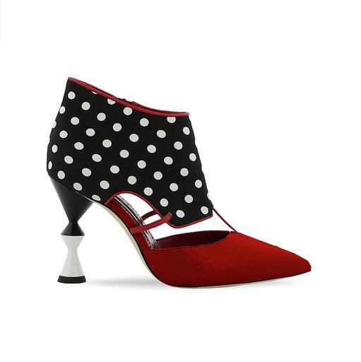 cae67091 Y no podíamos dejar sin mencionar el único zapato creado exclusivamente por Manolo  blahnik para España, este modelo únicamente se vende aquí, en las tiendas  ...